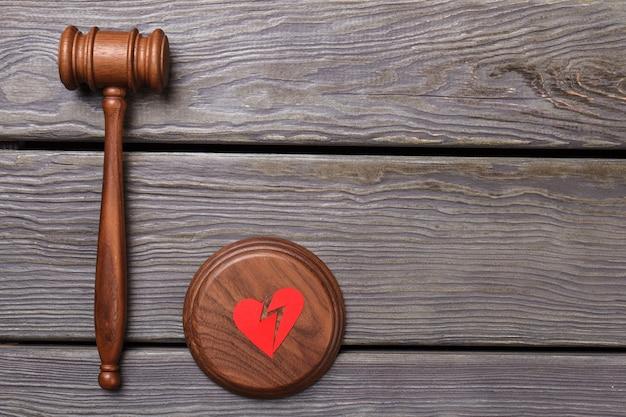 Концепция разрыва и развода. разбитое сердце на коричневом звучащем блоке.