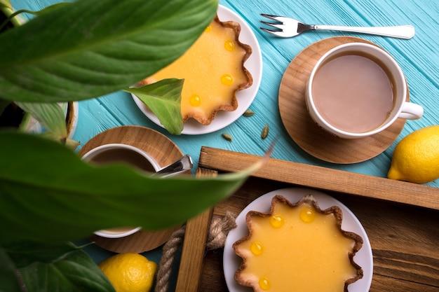 Завтрак - поднос с лимонными пирогами и кофе.