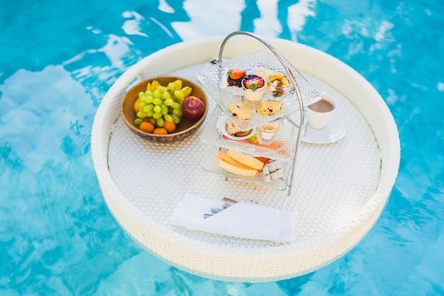 プールの周りに浮かぶ朝食とアフタヌーンティーセット