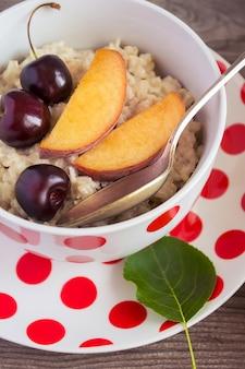 Завтрак красота. каша овсяная молочная с персиками и вишней