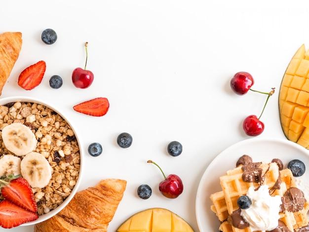 朝食用の果実とコピースペースを持つオートミールのフレーム。