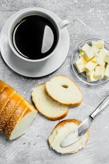 아침밥. 소박한 테이블에 버터와 뜨거운 커피와 빵