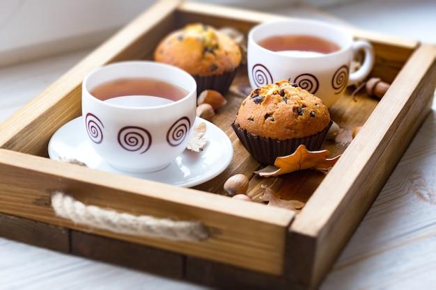 朝食-木製トレイにケーキとお茶
