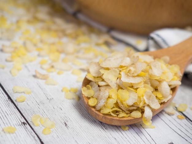 木のスプーンでいくつかの穀物の朝食用シリアルの混合物