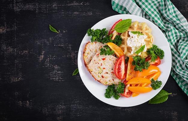 Завтрак. куриный рулет и свежий салат и вафли. здоровый обед или ужин. здоровая пища. вид сверху, плоская планировка