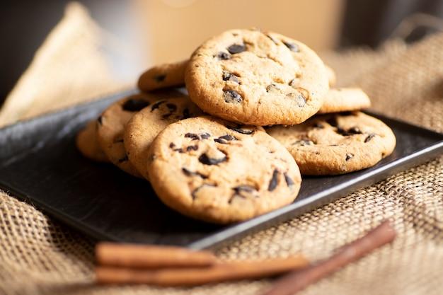 朝食、シナモン入りチョコチップクッキー