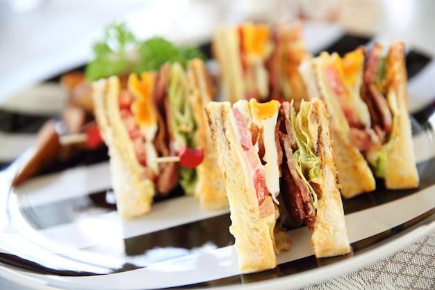 칩을 곁들인 조식 클럽 샌드위치