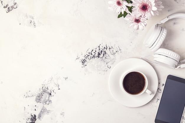Завтрак кофе, тефон, наушники