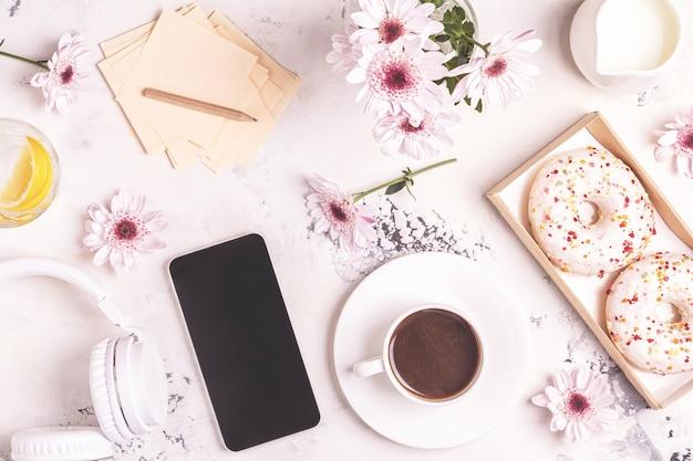 朝食-コーヒー、テフォン、ヘッドフォン。