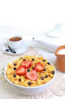 朝食-ミルク、イチゴ、ブルーベリーのコーンフレーク