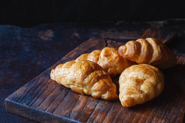 木製のテーブルの朝食クロワッサンパン