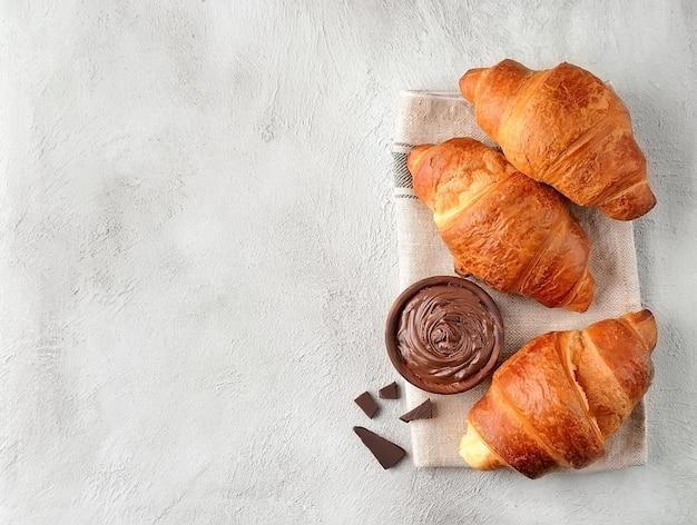 Завтрак. круассаны с шоколадным кремом с крупным планом шоколада. вид сверху.