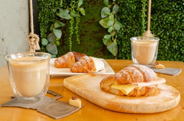 Завтрак crosaint с темным шоколадом, белым шоколадом и джемом и сыром,