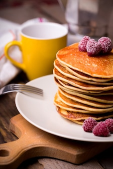 Завтрак - вкуснейшие американские панккейки со сметаной и малиной.