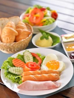 Завтрак, яичный хлеб с ветчиной и хот-дог