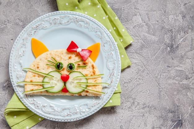猫ケサディーヤと子供のための朝食