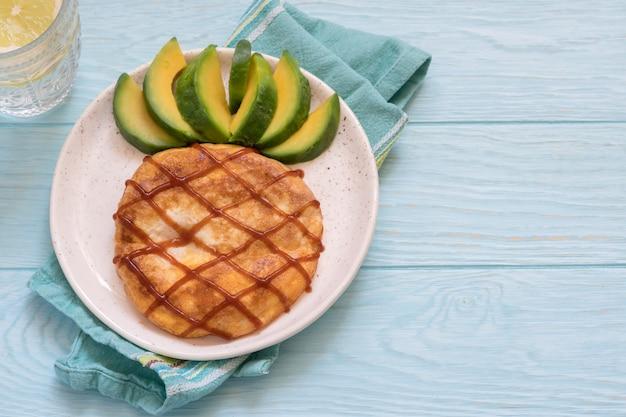 パイナップルのように見えるオムレツの子供のための朝食