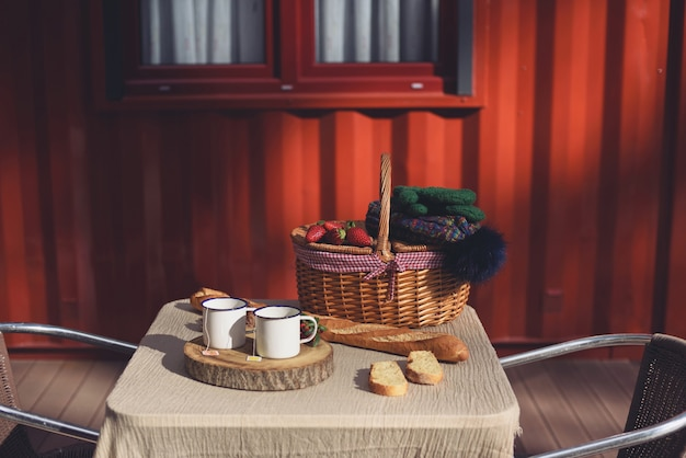 バスケット、イチゴ、バゲットとの2つの週末の朝食