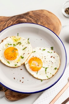 접시에 튀긴 계란 아침 식사
