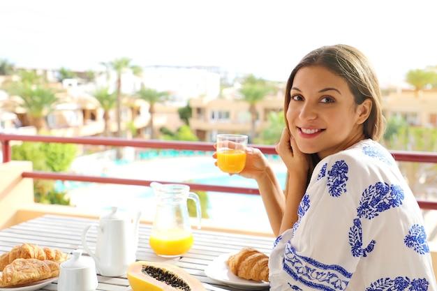 彼女の休暇のリゾートホテルでブランチを食べる朝食の女の子 Premium写真