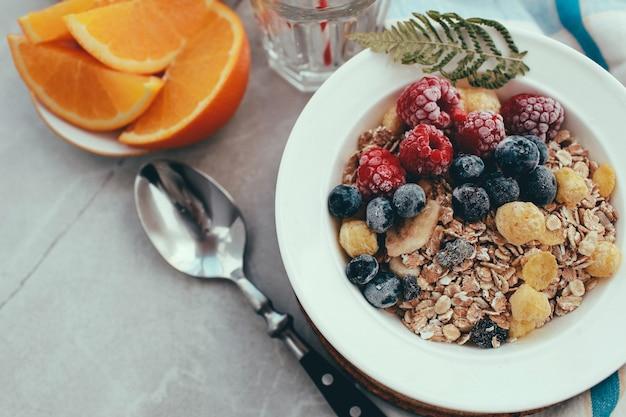 朝食:ラズベリーとブルーベリーの自家製グラノーラ。