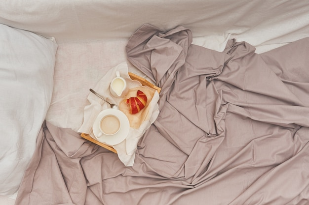 Завтрак в постель, кофе со сливками, круассаны в джеме.