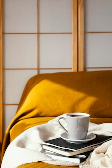 コーヒーとベッドのコンセプトで朝食