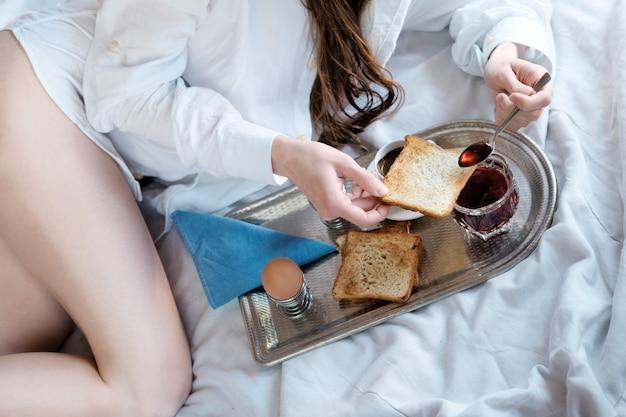 ホテルのベッドでの朝食。