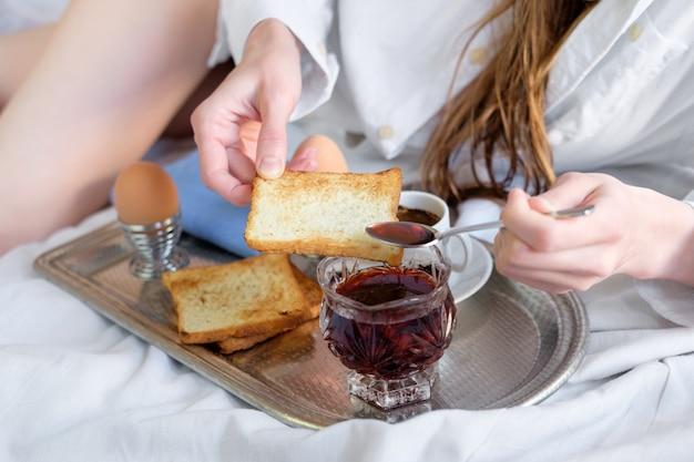 호텔에서 침대에서 아침 식사.