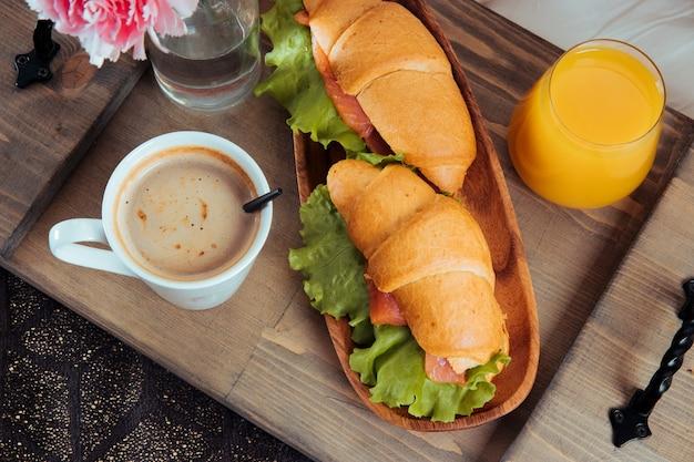 木製トレイのベッドでの朝食をクローズアップ。