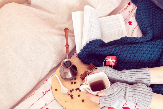 Завтрак в постель с кофе и книгой