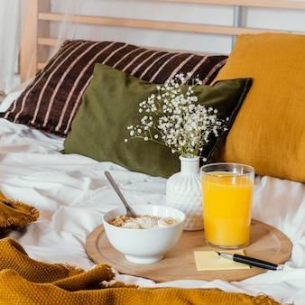 ジュースグラスとベッドでの朝食