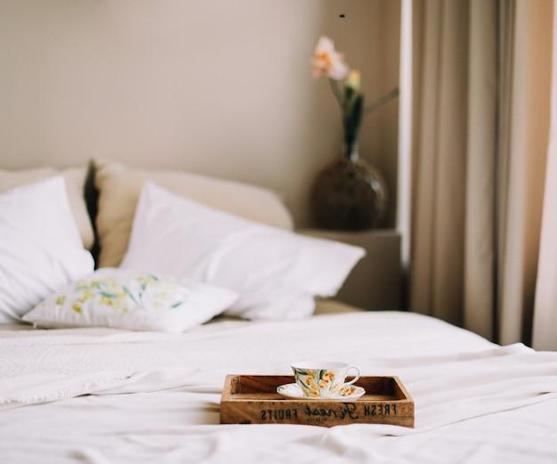 Завтрак в постели деревянный поднос с чашкой кофе