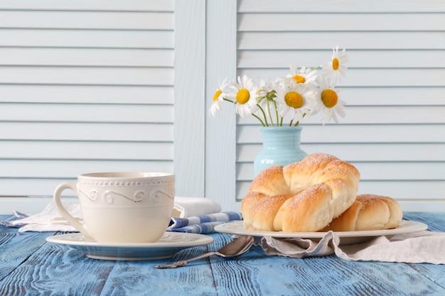 Завтрак в загородном доме с чашкой кофе и круассаном