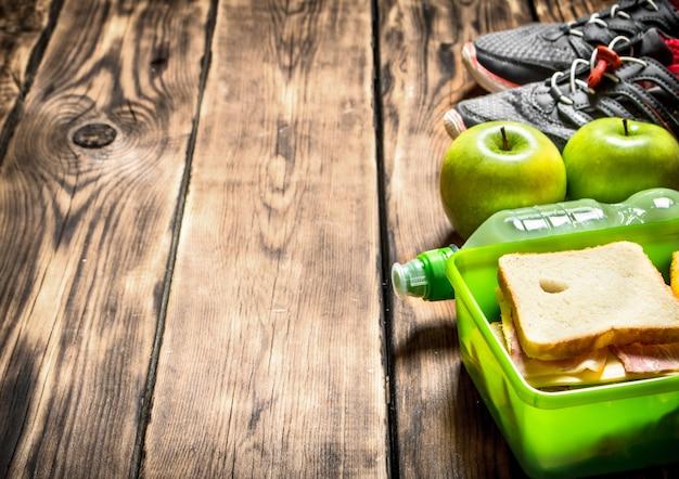 朝の朝食。サンドイッチ、フルーツ、ミルクセーキ、スポーツスニーカー
