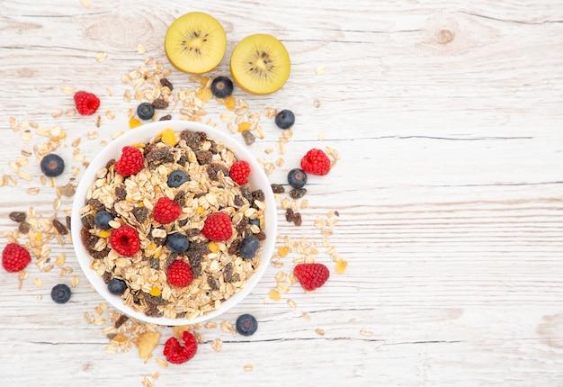 Утром завтрак с маслом круассаны и кукурузные хлопья из цельного зерна и изюма.