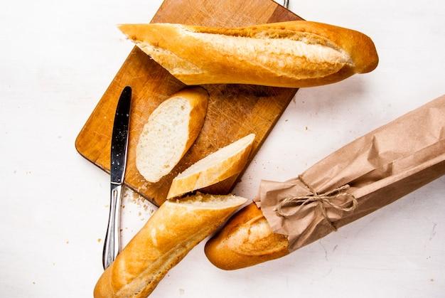 朝食はバターと蜂蜜が入った伝統的な白いバゲットです。