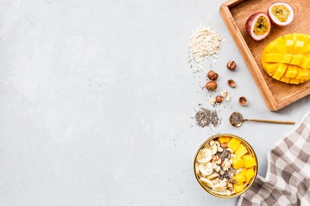 Завтрак овсяная каша со свежими фруктами, семенами чиа и фундуком.