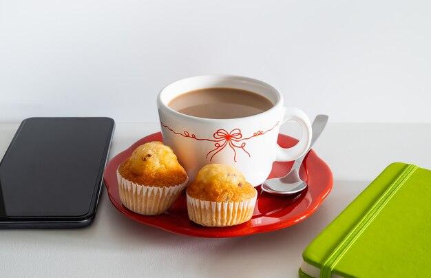 Завтрак из кофе и двух шоколадных маффинов, чтобы начать день.