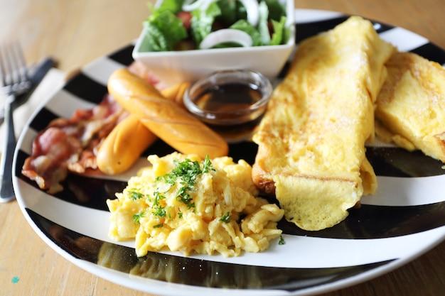 베이컨, 토스트, 계란의 아침 식사