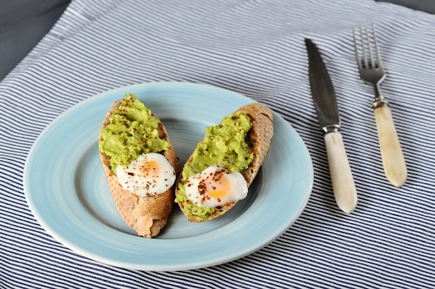 바게트, 계란, 아보카도의 아침 식사