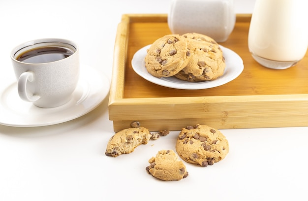 Завтрак из печенья и кофе на деревянном подносе