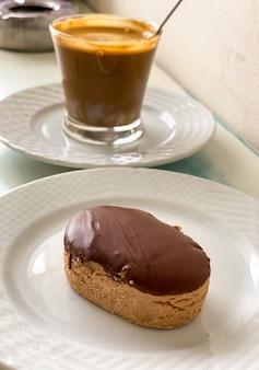スペインのビスケット、ポルボロン、マンテカード、チョコレートデザートを添えたカップコーヒーの朝食。クリスマスにスペインで消費される典型的なお菓子菓子