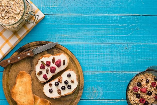 新鮮なベリーとフレンチトーストの朝食。朝食のための健康食品。上面図。コピースペース