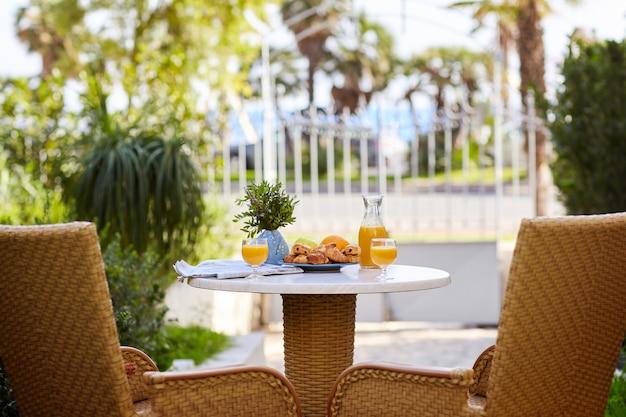 Завтрак из свежего слоеного теста, круассанов, фруктов и свежевыжатого апельсинового сока
