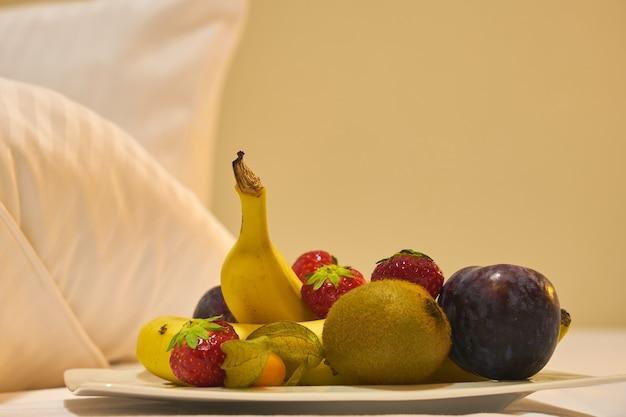 ベッドでフルーツとベリーの朝食。