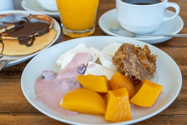 木製のテーブルで多くの料理や飲み物の朝食、クローズアップ。食品のコンセプト