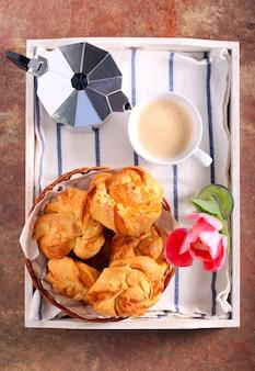 Завтрак на подносе: булочки с миндальным твистом и кофе