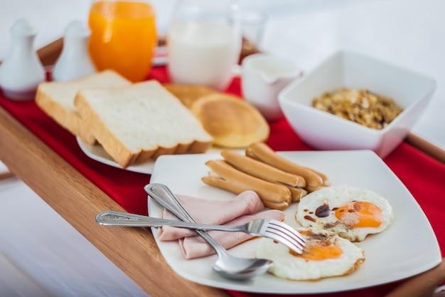 Завтрак на подносе в постели