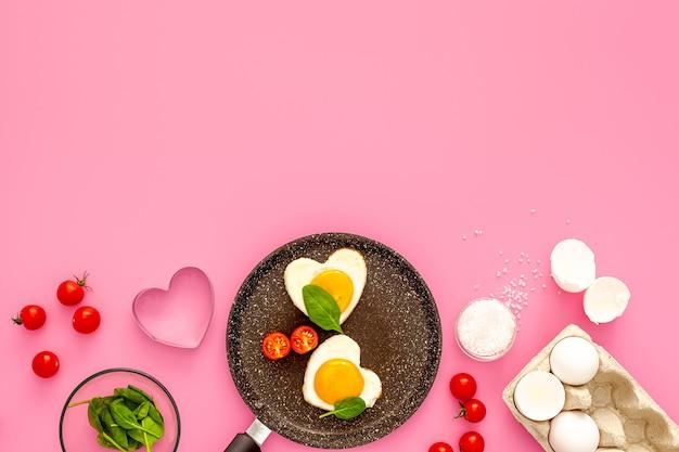 バレンタインデーの朝食ハート型目玉焼き